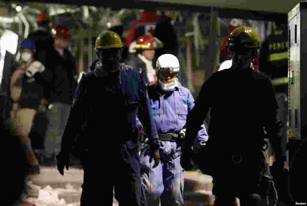Spasilačke ekipe na mestu eksplozije u sedištu nafton džina Pemeksa u Meksiko Sitiju. U eksploziji je najmanje 25 osoba ubijeno, više od sto ranjeno, dok je nepoznati broj ljudi ostao pod ruševinama.