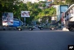 Vehículos militares bloquean la entrada a Petion Ville, el barrio donde vivía el fallecido presidente haitiano Jovenel Moise en Puerto Príncipe, Haití, el miércoles 7 de julio de 2021.