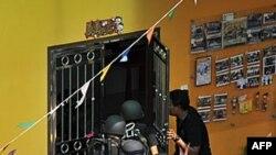 Cảnh sát Malaysia xông vào ngôi trường, nơi 30 học sinh và thầy cô bị bắt làm con tin, ngày 7/7/2011