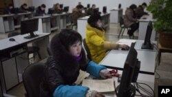 지난 2013년 1월 북한 평양의 인민대학습당에서 컴퓨터를 사용하는 북한 주민들. (자료사진)