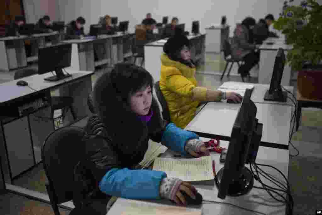 2013年1月9日,朝鲜人在平壤人民大学习堂内使用电脑终端机。