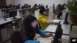 难得一见:平壤让美国来宾看朝鲜人上网