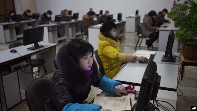 9일 북한 평양의 인민대학습당에서 컴퓨터실을 이용하는  북한 주민들.