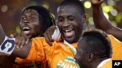 Yaya Toure et ses coéquipiers, après avoir remporté la finale de la Coupe d'Afrique des Nations contre le Ghana à Bata, en Guinée équatoriale, le 8 février 2015.