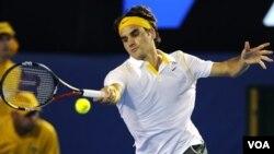 Petenis Swiss Roger Federer mengembalikan bola lawannya petenis Perancis Gilles Simon dalam putaran kedua Grand Slam Australia Terbuka hari Rabu (19/1). Federer menang lima set 6-2, 6-3, 4-6, 4-6, 6-3.