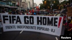 Rio de Janeyroda yerli sakinlər 2014 Dünya Kubokuna dövlət xərcləmələrinə etiraz edirlər. 15 iyun, 2014.