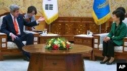အေမရိကန္ႏိုင္ငံျခားေရးဝန္ႀကီး ဂၽြန္ကယ္ရီႏွင့္ ေတာင္ကိုရီးယားသမၼတ Park Geun-hye တို႔ ေတြ႔ဆံုစဥ္။ ( ဧၿပီ ၁၂၊ ၂၀၁၃)