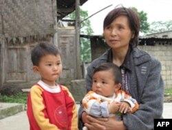 翁安县兴坡村的这两个留守儿童靠奶奶带