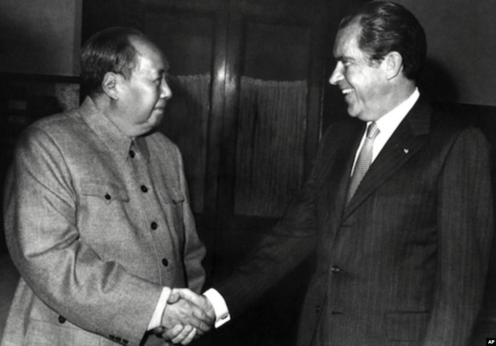 1972年2月21日,美國總統尼克松和毛澤東在北京握手