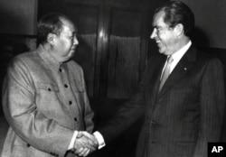 1972年2月21日,美国总统尼克松和毛泽东在北京握手