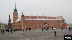 圣诞节期间的华沙老城(美国之音白桦)。