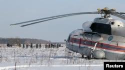 12일 러시아 모스크바 인근 여객기가 추락 사고 현장에서 비상사태부 요원들이 조사를 벌이고 있다.