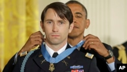 2013年10月15日,美國總統奧巴馬在白宮向威廉‧斯文森頒發了國會榮譽勳章