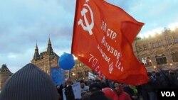 3月18日莫斯科紅場慶祝吞併克里米亞集會上的共產黨紅旗。 (美國之音白樺拍攝)