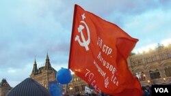 3月18日莫斯科红场庆祝吞并克里米亚集会上的共产党红旗。(美国之音白桦拍摄)