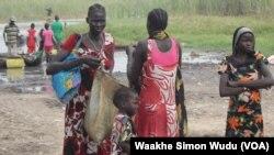 聯合國的食物空投後婦女往人道組織領糧食。(3月21日資料照)