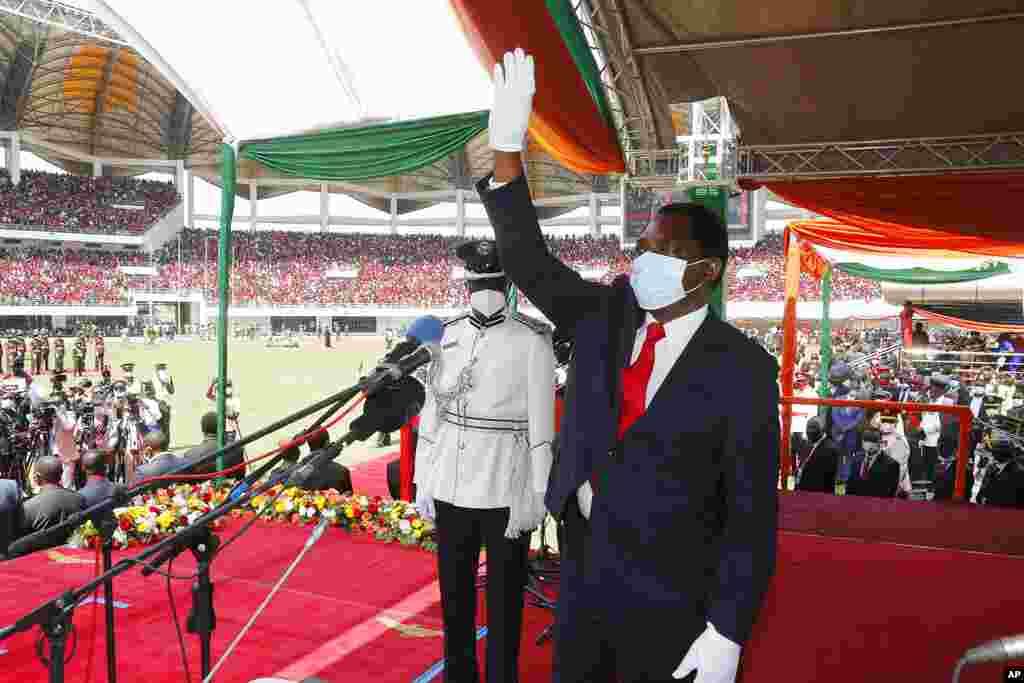 O recém-eleito Presidente da Zâmbia, Hakainde Hichilema, acena para a multidão durante a cerimónia de posse no Estádio dos Heróis, em Lusaka, Zâmbia, terça-feira, 24 de Agosto de 2021. Hichilema foi juramentado ao poder, aumentando as esperanças na nação da África Austral que nos últimos anos mudou de prosperidade e estabilidade para dívidas maciças, recessão e repressão