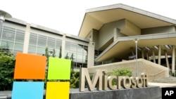 ປ້າຍເຄື່ອງໝາຍ Microsoft ຕິດຢູ່ຂ້າງນອກຂອງສູນກາງໃຫ້ຄົນຢ້ຽມຊົມຂອງບໍລິສັດ Microsoft ໃນເມືອງ Redmond ຂອງລັດວໍຊິງຕັນ ທາງພາກເໜືອຂອງສະຫະລັດ