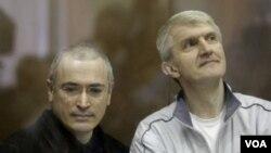 Pebisnis Mikhail Khodorkovsky (kiri) dan Platon Lebedev dinyatakan bersalah oleh pengadilan Rusia.