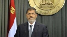 26일 카이로 관영방송에 출현해 새 헌법 통과와 관련한 메세지를 전하는 모함마드 무르시 이집트 대통령.
