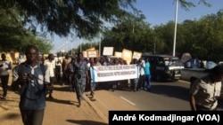 Marche pacifique des victimes d'Hissein Habré dans la rue de N'Djamena, Tchad, le 19 novembre 2019. (VOA/André Kodmadjingar)