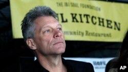 Un año después de anunciar su plan, el músico Jon Bon Jovi inaugura centro de asistencia para víctimas de la tormenta Sandy en Nueva Jersey.