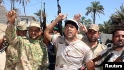 지난 6월 이라크 이슬람수니파 무장단체 이슬람 국가(ISIL)에 대항해 정부군에 자원한 병사들이 바쿠바에서 무기를 들고 행진하고 있다.
