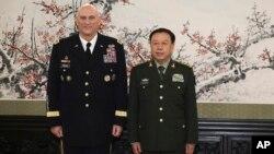 Đại tướng Raymond Odierno, Tham mưu trưởng Lục quân Mỹ và Thượng tướng Lục quân Phạm Trường Long, Phó Chủ tịch Quân Ủy Trung ương Trung Quốc, tham dự lễ ký kết.