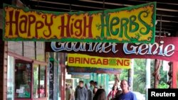 Papan nama toko di sepanjang jalan utama Nimbin, Australia, 12 April, mempromosikan cara hidup ala 'hippies', termasuk merokok ganja. (Foto: dok). Australia berharap untuk dapat segera mengekspor ganja untuk keperluan medis dan menjadi pemasok untuk pasar dunia yang kian berkembang.