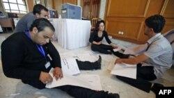 Nhân viên trong ủy ban độc lập làm việc tại một trung tâm kiểm phiếu ở Tunis, ngày 24/10/2011