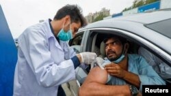 Tiêm vaccine COVID-19 tại Karachi, Pakistan.