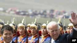 美國副總統拜登(左)星期一在蒙古總理巴特包勒德的陪同下在烏蘭巴托國際機場檢閱儀仗隊後揮手致意