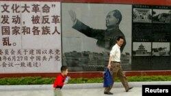 資料照:廣東省汕頭市舉行文革展覽,參觀者走過的畫像在文革期間的畫像。(2007年4月25日)