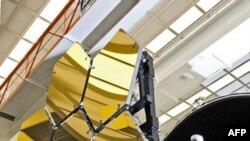 Phần quan trọng nhất của viễn vọng kính là những tấm gương mạ vàng đặc biệt cấu thành tấm gương chính lớn