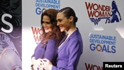 Aktris Lynda Carter (kiri) dan Gal Gadot, keduanya memerankan karakter Wonder Woman, dalam acara peresmian tokoh komik itu sebagai duta kehormatan PBB, di kantor pusat PBB di New York (21/10).