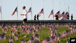 Američke zastave u okviru Kovid memorijala u centru Vašingtona, napravljenog kada je broj žrtava dostigao 200 hiljada