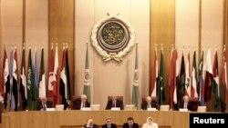 (L-R) Chief Palestinian Negotiator Saeb Erekat, Palestinian President Mahmoud Abbas, Libyan FM Mohamed Abdelaziz, Arab League Secretary-General Nabil Elaraby, Arab League's Deputy Secretary-General Ahmed Bin Hilli chair the Arab League Foreign Ministers e