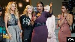 Winfrey estuvo rodeada en su último show por artistas como Patti LaBelle, Beyoncé, Madonna, Dakota Fanning, Halle Berry, Tom Hanks, Tom Cruise, la familia Obama, Will Smith, entre muchos otros.