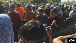 Security forces and police pushed the monks from behind when the monks are making their way on Duong Ngeab 2 road in the morning of Sunday January 3rd,2016. (Hul Reaksmey/VOA Khmer)