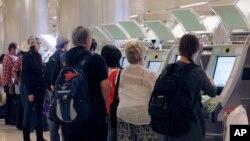Пассажиры, прибывающие из-за рубежа в Международном аэропорту Лос-Анджелеса.
