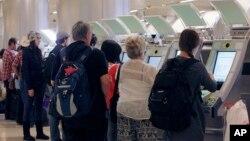 Hành khách nước ngoài tại sân bay quốc tế Los Angeles.