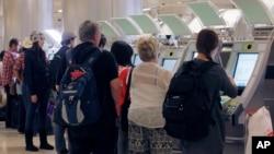 Hành khách nước ngoài sử dụng kiốt hộ chiếu tự động tại sân bay quốc tế Los Angeles.