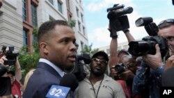 Mantan anggota Kongres AS, Jesse Jackson Jr., meninggalkan pengadilan federal di Washington, Rabu (14/8). Jackson dihukum 2 tahun 6 bulan penjara terkait penyalahgunaan $750 dana kampanye untuk kebutuhan pribadinya.