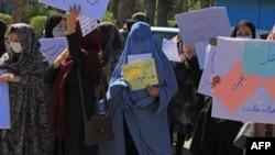 خواتین کو خدشہ ہے کہ طالبان اقتدار میں آنے کے بعد اُنہیں کام کرنے کی اجازت نہیں دیں گے۔