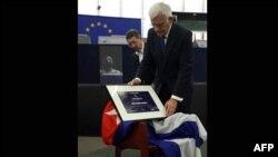 Chiếc ghế trống dành cho ông Farinas phủ quốc kỳ Cuba và Giải thưởng Sakharov được đặt lên ghế trong buổi lễ trao giải tại Quốc hội Âu châu ở Strasbourg, Pháp