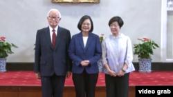 台湾总统蔡英文宣布张忠谋(左一)将代表出席APEC峰会(台湾总统府网站截图)