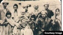 د نورګل په حجرې کې 1967 یا 1968 کې اخیستل شوی. باچا خان سره د زرشت نیکه ډګروال (کرنل) نورالهدا خان او د کورنۍ نور غړي