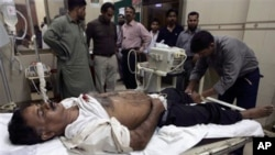 16일 파키스탄 남부 카라치에서 무장괴한들이 쏜 총에 맞아 병원에 실려온 한 시민이 응급처치를 받고있다.