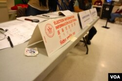纽约曼哈顿中国成的一家投票站提供选举信息咨询和翻译服务,方便移民选民。(美国之音方方拍摄)