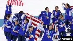 Tim hoki putri AS merayakan kemenangan meraih medali emas dalam laga melawan tim hoki Kanada di Olimpiade Musim Dingin, di Gangneung, Korea Selatan, 22 Februari 2018.